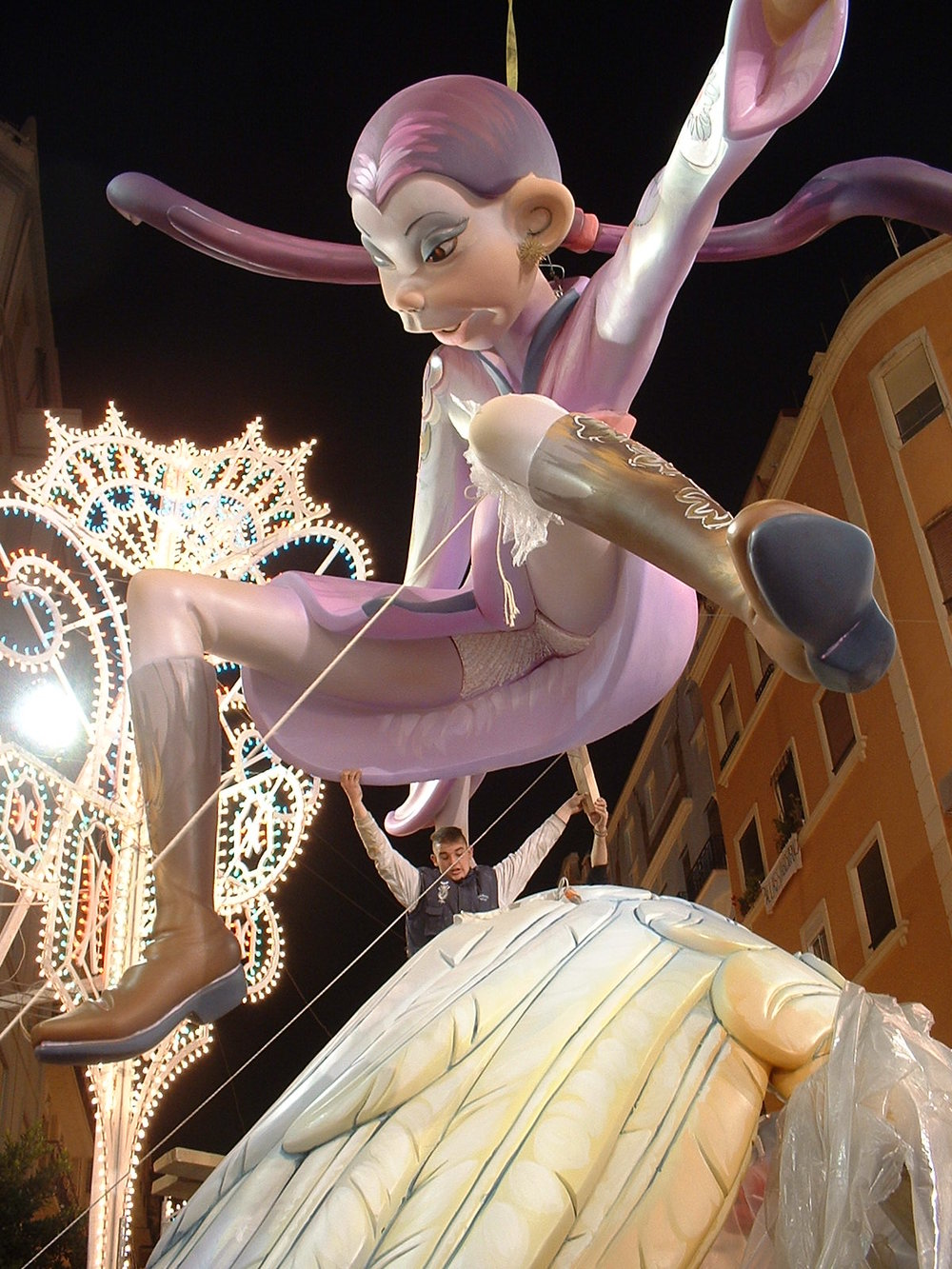 Assembling the giant Fallas