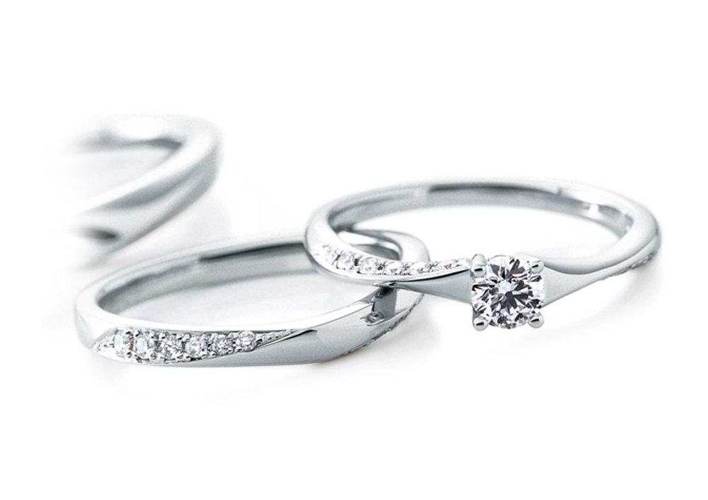 Cafe ring 人気No.1 - ウェーブデザインに沿うダイヤモンドがどこから見ても輝き、指を美しく見せてくれるCafe ring 人気No.1の結婚指輪・婚約指輪です。ほどよいボリューム感は、エンゲージリングとマリッジリングを重ねてつけた時にも軽やかでしなやかな印象に。男性にもオススメな、シンプルで飽きの来ない永く愛されるデザインです。