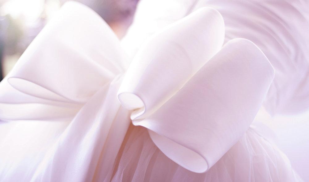 Le Ruban/ル・ルバン幸せを呼ぶリボン - 滑らかな曲線を描くリボン。優しく、くすり指に巻かれた〝ダイヤモンドの結び目〟がふたりを繋ぐ。