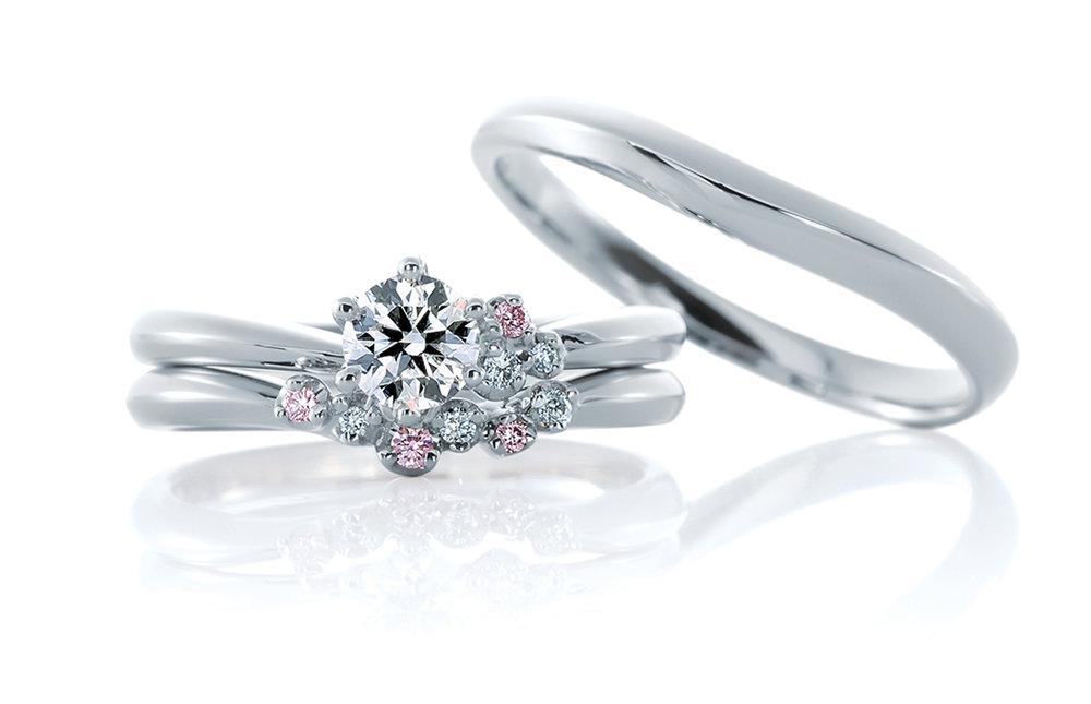 CAFERINGの美しい重ねづけ - 大小、大きさの異なるメレダイヤモンドはその大きさ・爪の位置・高低差などバランスを考え計算されたつくり。ピンク&ホワイトのスイートな色合いはエンゲージ・マリッジリングが出会った瞬間、抱えきれないピンクの花束・ピンクのガーデンになる。ホワイトダイヤモンドは野バラ、ピンクダイヤモンドはラナンキュラスをイメージして。