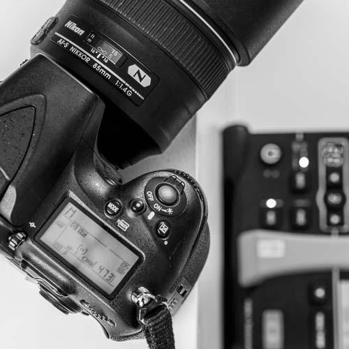 WÄHREND DEM FOTOSHOOTING - Am Set selbst besprechen wir kurz nochmals die wichtigsten Eckpunkte, ehe wir der Kreativität freien Lauf lassen. Beim Shooting achte ich besonders darauf, dass Sie sich wohlfühlen. Darum probieren wir verschiedene Perspektiven und Posen aus und prüfen das Ergebnis gleich unmittelbar, um Feinjustierungen vorzunehmen – sei es bezüglich Licht und Winkel oder Position und Ausstrahlung.