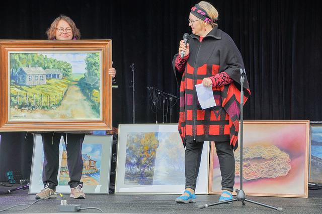 Kirsi-Glaudia Kangas (oikealla) esittelemässä taidetta