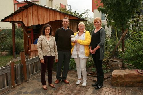 Auf dem Foto (von links nach rechts): Ulla Bork (Vorstand d. Montessori Zentrums), Senol Durmusoglu (Schulleiter d. Grundschule), Stefanie Straub (Pflegedienstleitung VITALIS Heidelberg), Carina Gieser (Geschäftsleitung VITALIS)