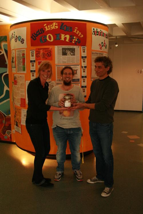 Auf dem Foto (von links nach rechts): Carina Gieser (Geschäftsleitung VITALIS), Sebastian Church (Sozialpädagoge), Karlheinz Seitz (Jugendhausleiter)
