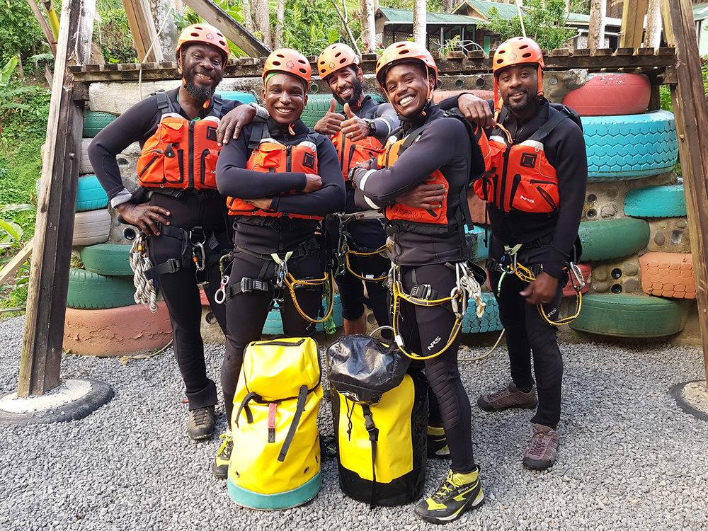 Das Team - Triff das Extreme Dominica Team. Jeder einzelne ist ein erfahrener Canyon-Profi und bereit Sie durch die Canyons im Regenwald von Dominica zu führen.Dies sollten Sie nicht verpassen! Wir bringen Sie an Orte an die niemand anderer kommt!