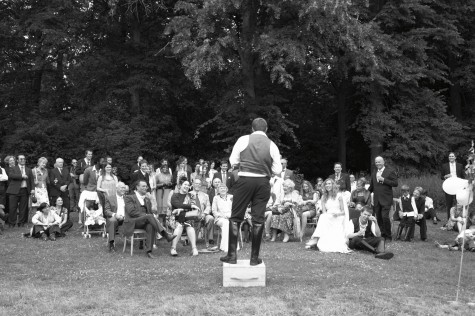 The speeches were held in the gardens before dinner