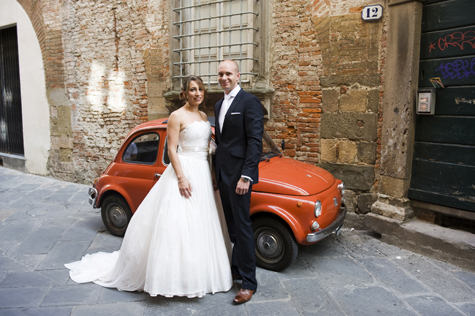 Bride and Groom in the streets of Lucca - photo by Pearl Pictures
