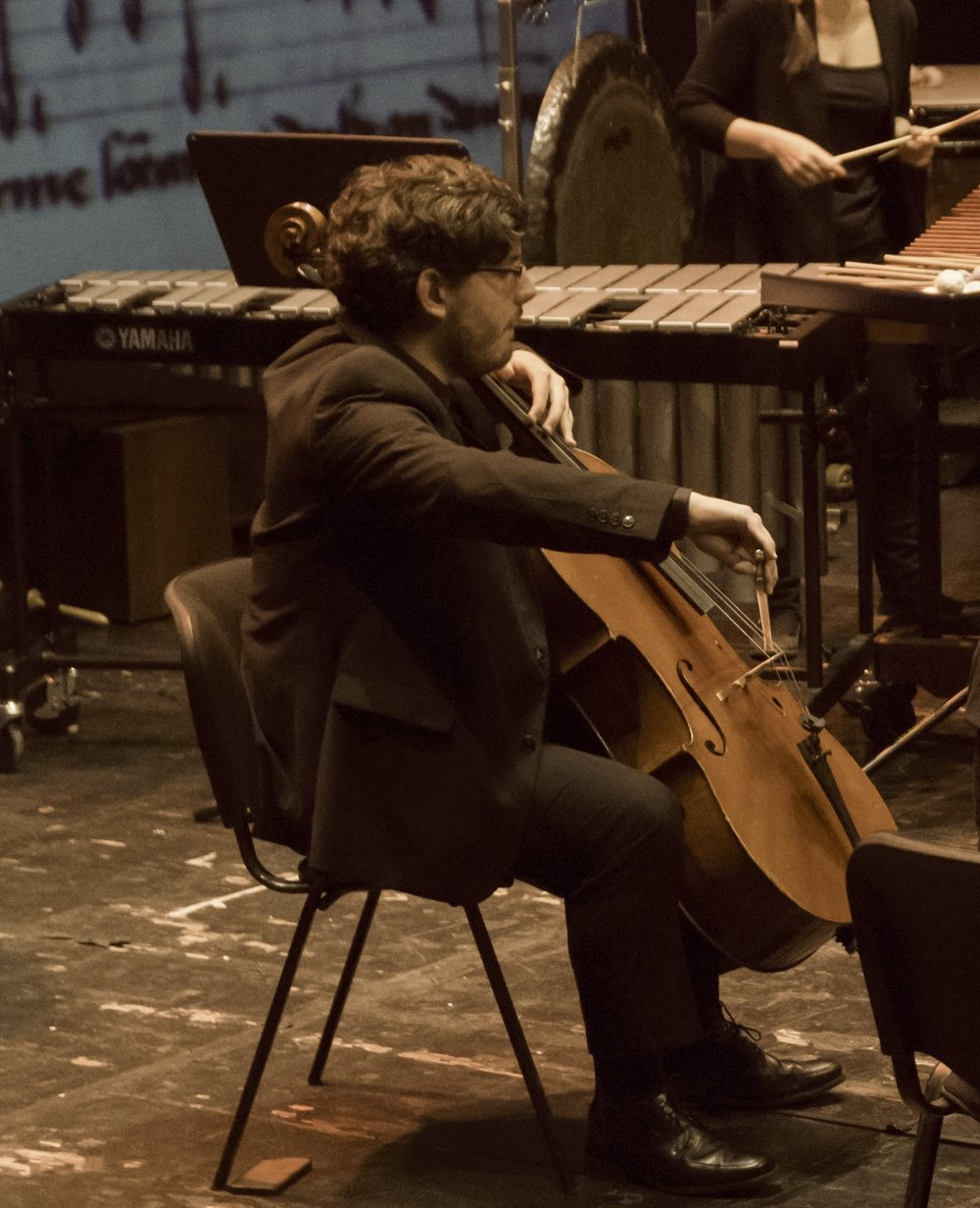 """Iván Siso, cello - Nacido en A Coruña, comienza a tocar el violoncello en el Conservatorio de música profesional de Vilalbacon los profesores Xulia Nogueira y Xan Carballal. Posteriormente, estudia con Barbara Switalska en la Escola de Altos Estudos Musicais de Galicia.En el año 2013 se gradúa en el Conservatorio Superior de Música del PaísVasco- Musikene, bajo la tutela de los maestros Asier Polo y María Casado. En 2015 obtiene el """"Master in Musical Performance"""" con el maestro Enrico Dindo en el Conservatorio della Svizzera Italiana en Lugano, Suiza.Ha recibido consejo de violoncellistas como Maria Kliegel, Michael Sanderling, Julian Steckel o Torleif Thedéen. En el ámbito de la música de cámara ha sido influenciado por músicos como Andoni Mercero, Benedicte Palko, David Quiggle, Heime Müller, Simone Bernardini y los miembros del cuartetos Casals, delKuss Quartet y del Quartetto di Cremona.Ha sido miembro de la Orquesta Joven de la Sinfónica de Galicia (OJSG) y de la Joven Orquesta Nacionalde España (JONDE). Ha tocado y colabora con orquestas como la Orquesta Nacional de España (ONE), la Orquesta de la Radio y Televisión Española (ORTVE), la Orquesta Sinfónica de Galicia (OSG), la Real Filharmonía de Galicia (RFG), la Orchestra della Svizzera Italiana (OSI) y con la Orquesta Sinfónica de Euskadi (OSE) como violoncello principal.Durante los cursos académicos de 2011/12 y 2013/14 ha sido beneficiario de la beca de la Fundacion BBVA.En la actualidad es profesor de violoncello y música de cámara en laUniversidad Alfonso X el Sabio de Madrid."""