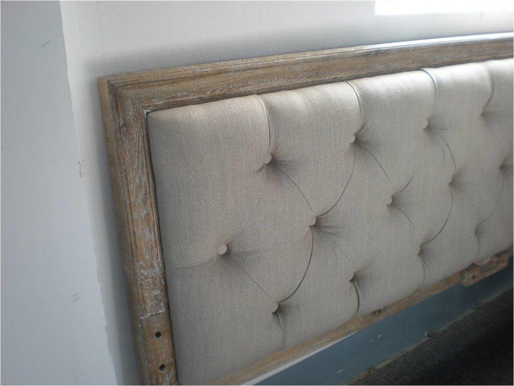 respaldo de cama en madera y lino capitoneado