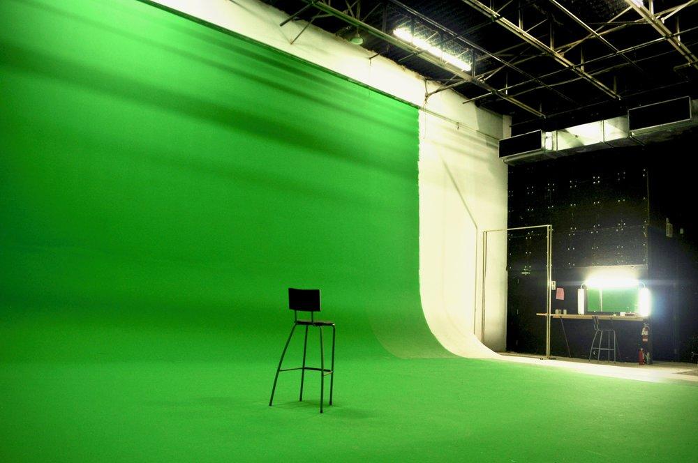 centre vers arriàre cour - Studio Bleu.jpg