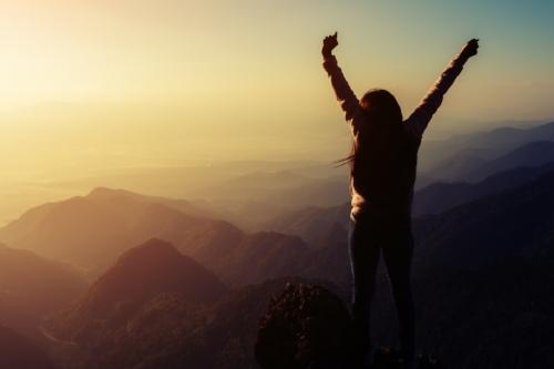 woman-climbin-mountain-thisgirlisonfire.jpg