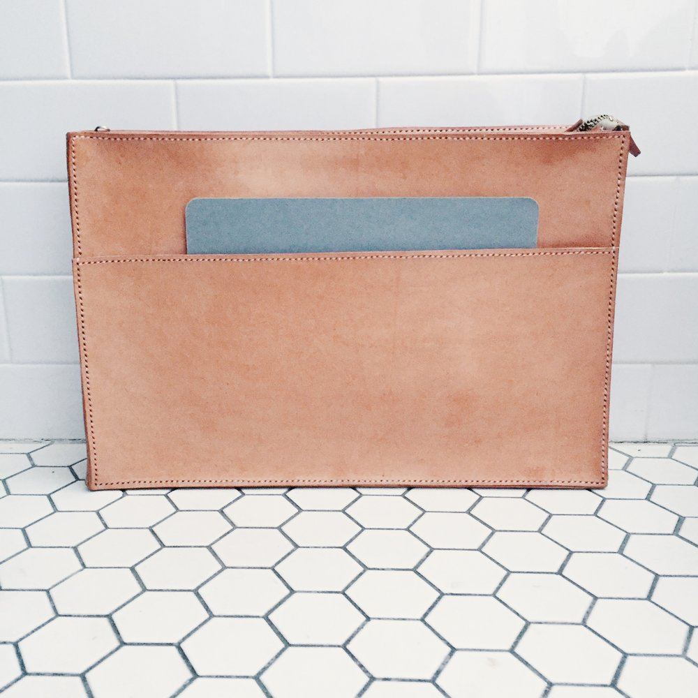 Vegetable-tanned cowhide, nylon, zipper // hand-stitched