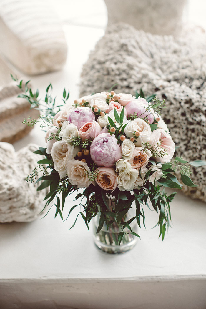villa-montara-california-seaside-boho-casual-elegance-pink-coral-roses-05.jpg