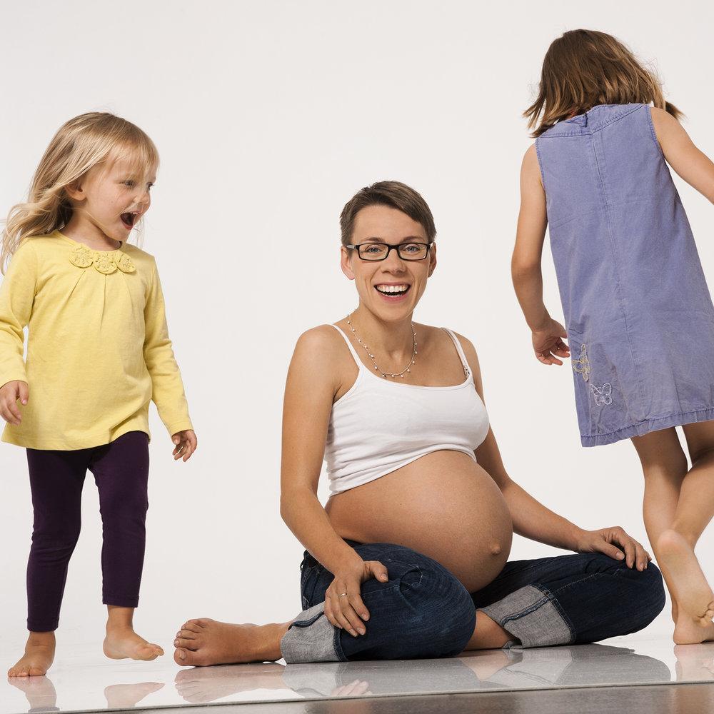 familienfoto-mit-babybauch-fotostuudio.jpg