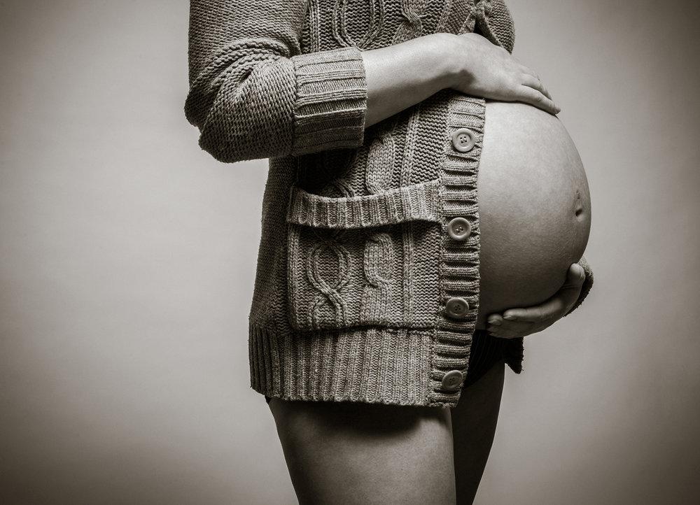 babybauch-mit-strickjacke.jpg