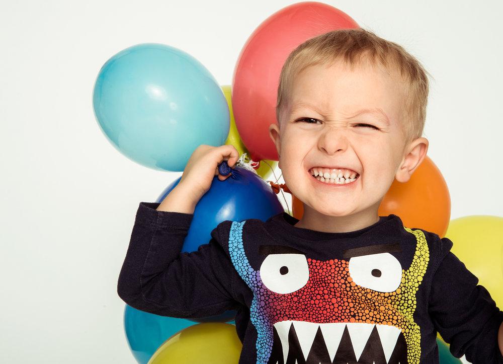 lustiges-kinderfoto-mit-luftballons.jpg