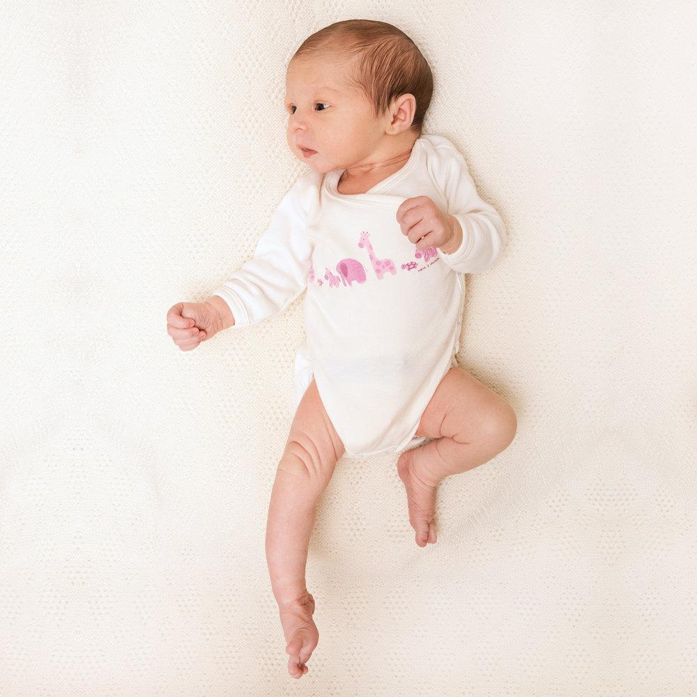 tanzendes-babyfoto-vor-weiss.jpg