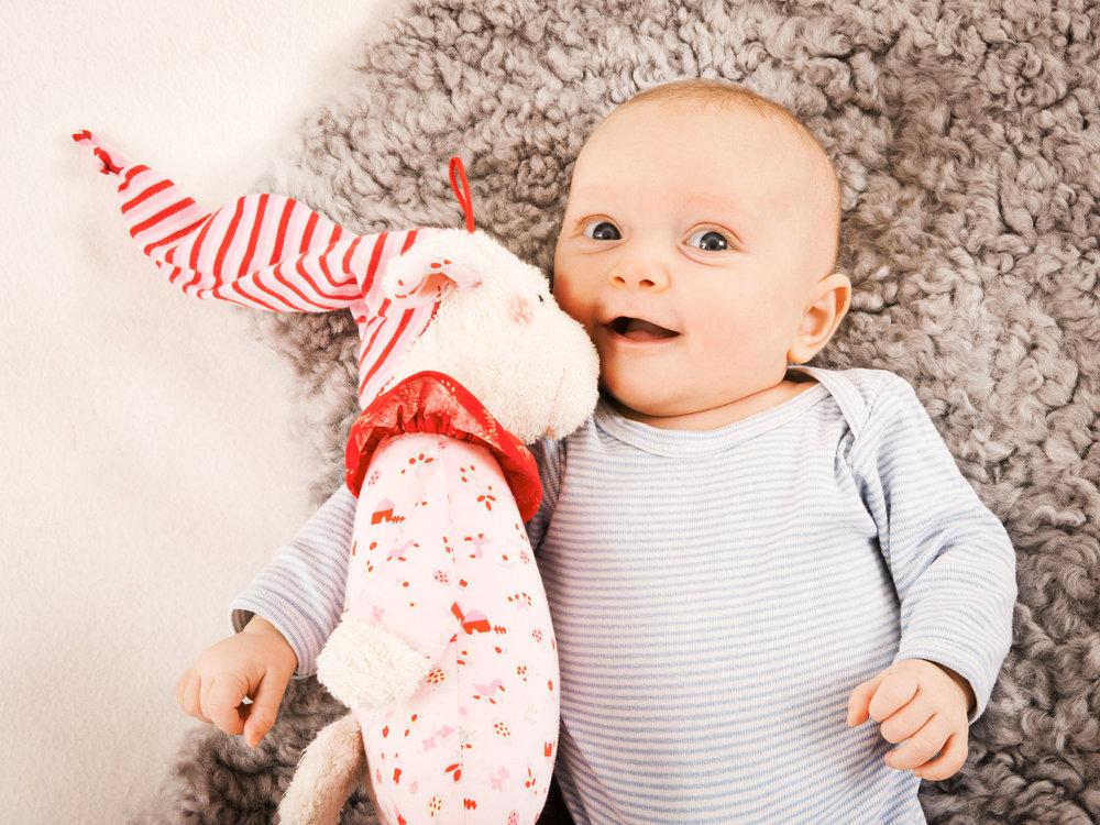 babyfoto-mit-kuscheltier.jpg