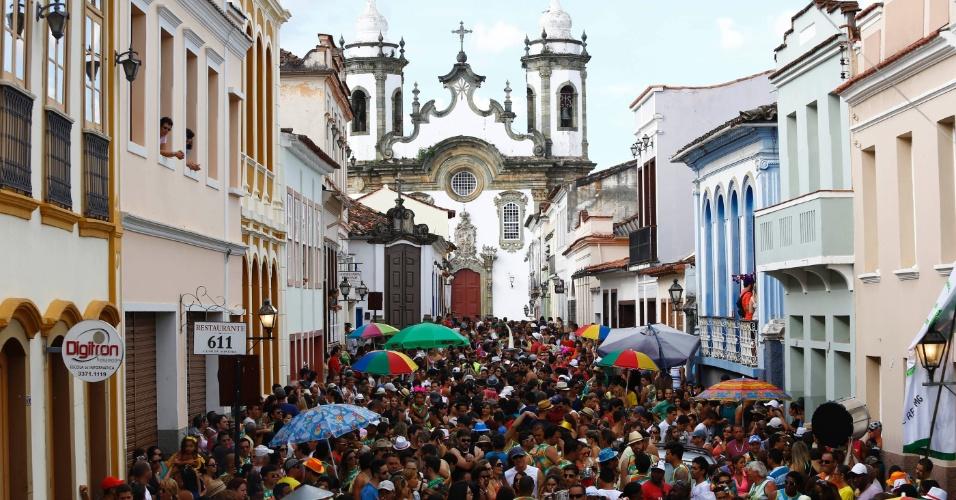 12fev2013---folioes-do-bloco-pantanal-desfilam-pelas-ruas-do-centro-historico-de-sao-joao-del-rei-mg-1360710188744_956x500.jpg