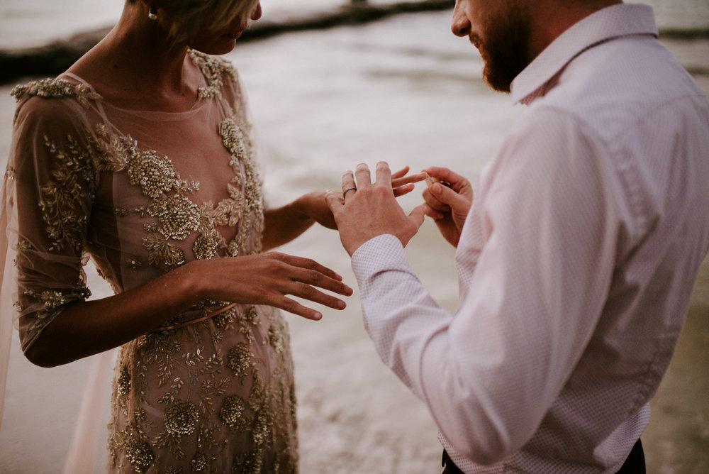 """Retratar Bodas - Retratar una boda es tener la oportunidad de brindar mi corazón y lo que más amo hacer a otras personas, que pasan por un momento lleno de eso, """"momentos"""", de creer, de compartir, de afirmar, de amor, de familia, de miradas, de risas y lágrimas, pero sobre todo de felicidad…Puedo afirmar que una boda es uno de los momentos más felices de la vida y el saber lo que significa pasar por ese momento me hace tener conciencia de lo que significa retratar ese momento."""