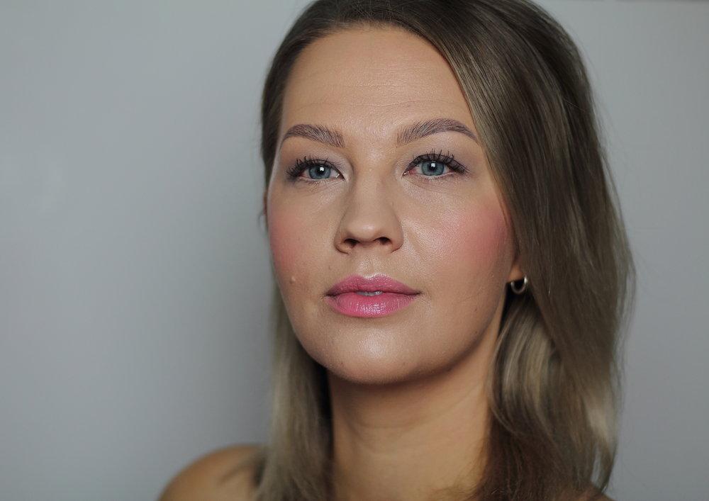 Koko kasvoilla on Nui Cosmeticsin meikkivoide ja keskellä kasvoja ja silmien alla on hieman Hynt Beautyn peitevoidetta.