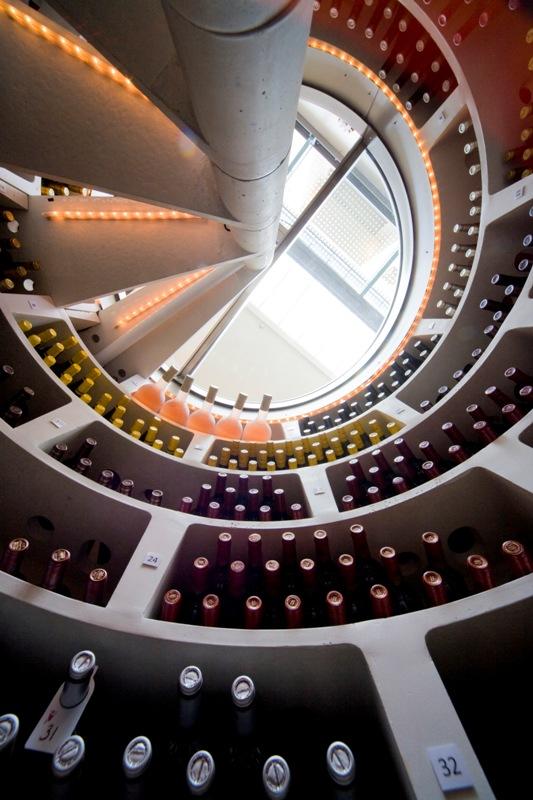 Lys   En Spiral Cellar har den fordel at tilbyde dine vine mørke, som er et must i god vinopbevaring. Men du må naturligvis kunne oplyse din kælder for at kunne navigere i den og adskille de gode flasker fra hinanden. Tilkøber du lys-løsningen hos os, sørger vi for montering af lyset mens kælderen bygges op, så kabelføringen bliver skjult og løsningen elegant at se på.