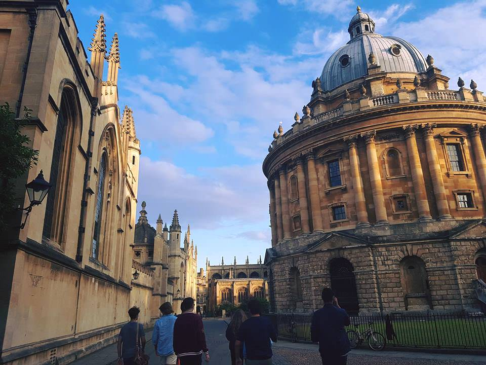 oxford_radcliffe_camera_and_students.jpg