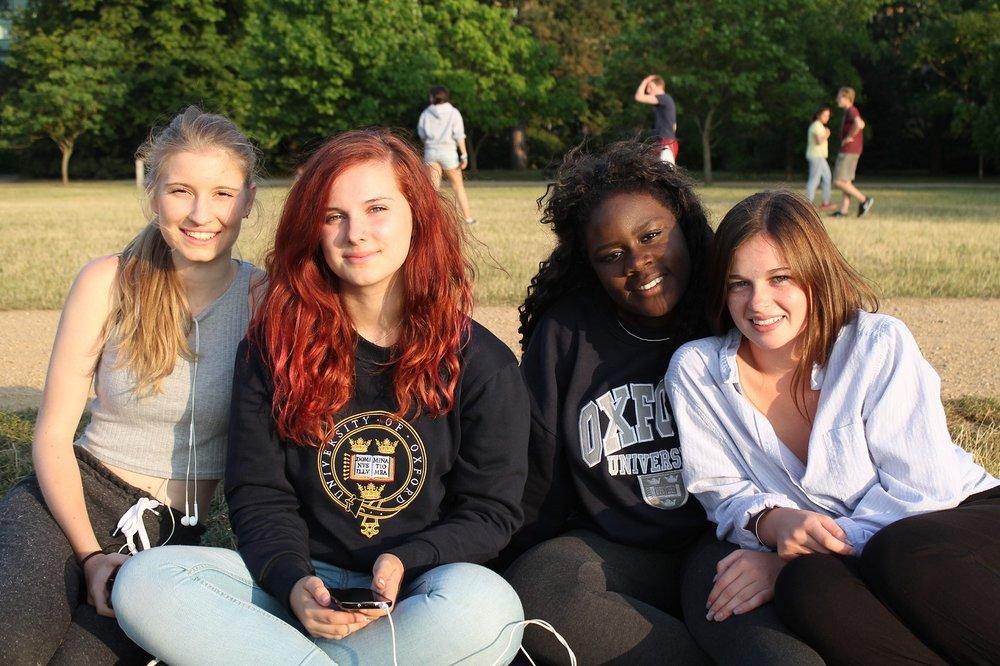 oxford_summer_school_students_outside_sitting.jpg