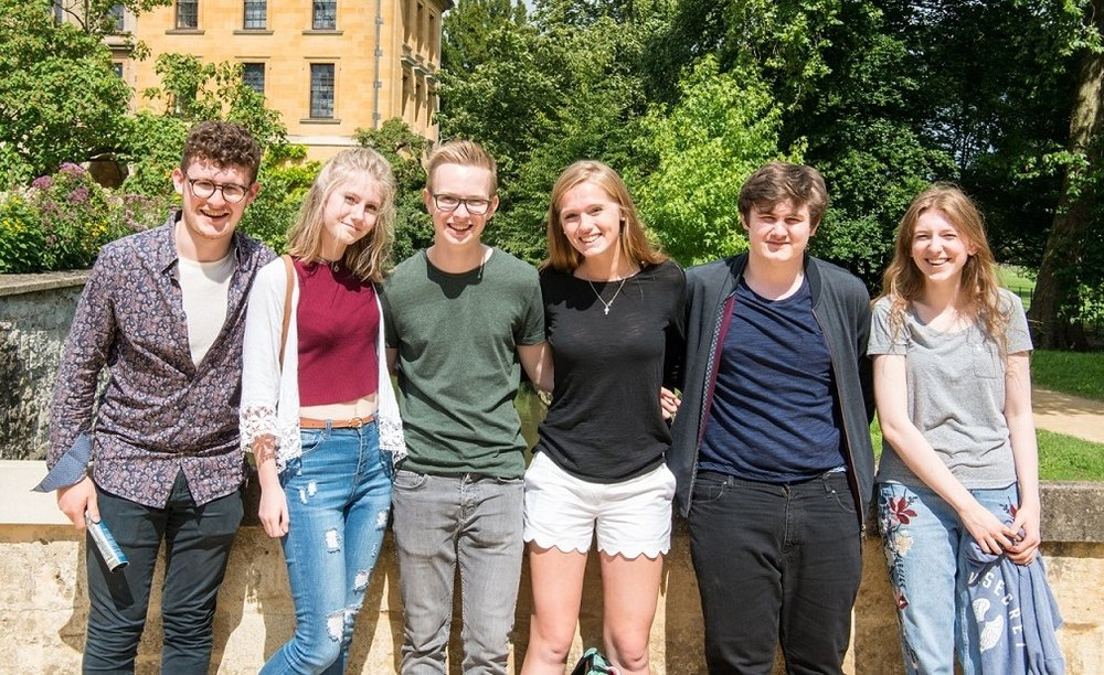 oxford_summer_school_students_leaning_against_wall.jpg
