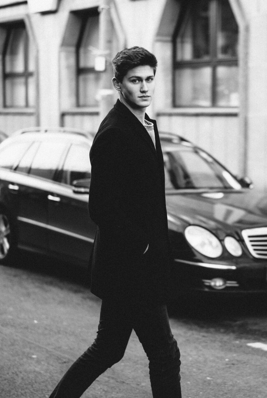 LEO - Leo ist unser neues Gesicht aus Berlin. Bei seinem ersten Shooting mit Daniel von Kontrastreicher Fotografie ist er uns ins Auge gestochen. Während unseres letzten Berlin Besuches haben wir ihn dann live gesehen und waren überzeugt davon, dass der angehende Abiturient sehr gut zu uns passt.Herzlich Willkommen bei uns!
