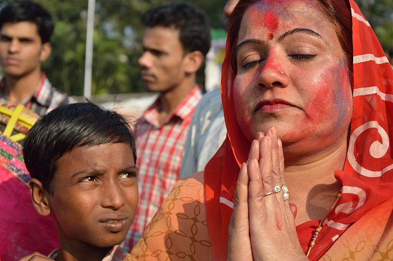 800px-Last_Namaskar_-_Durga_Idol_Immersion_Ceremony_-_Baja_Kadamtala_Ghat_-_Kolkata_2012-10-24_1551