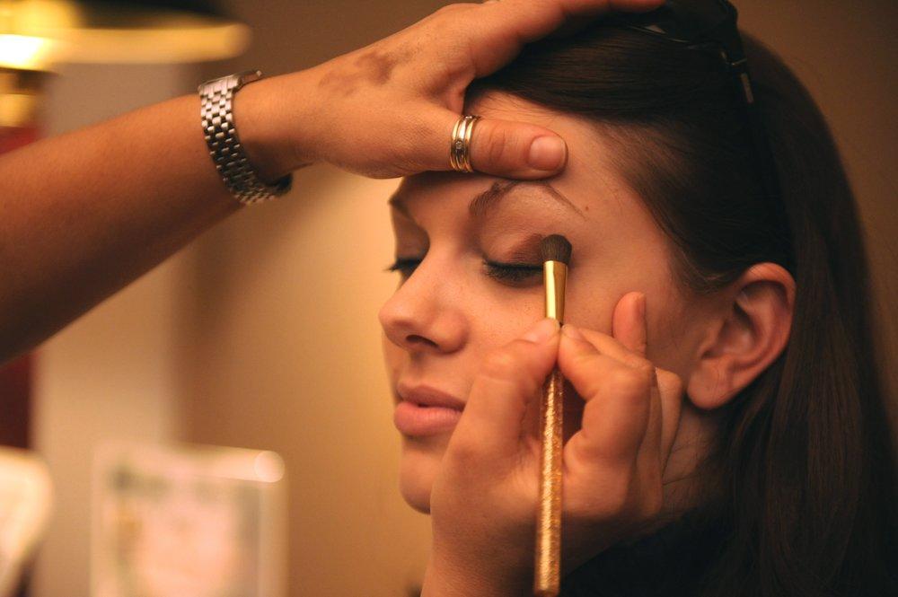 uwm.cosmetics.hand-woman-brush-portrait-finger-romance-897454-pxhere.com