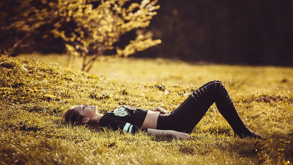 uwm.sleep.tree-nature-grass-person-plant-girl-423310-pxhere.com