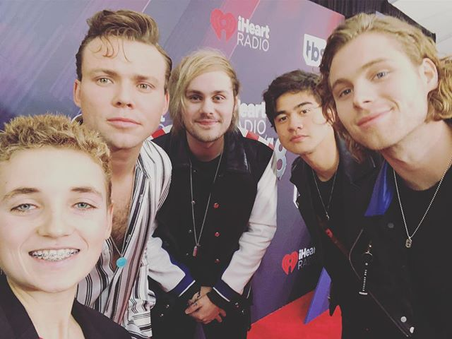 Since summer is right around the corner! #selfie with @5sos 🤳👇comment down below if you're ready for summer!#selfiekid #losangeles
