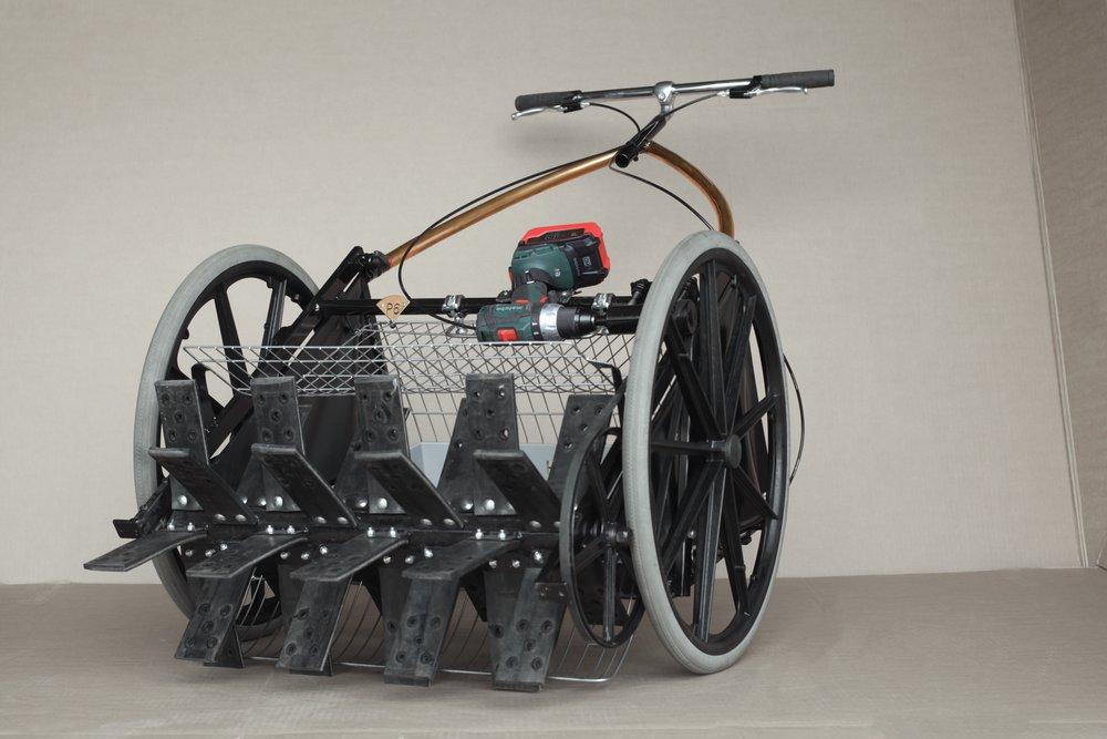 Das Bild zeigt den seriennahen Prototyp und einen symbolhaften Akkuschrauber. Abweichungen und Optimierungen für das Serienmodell vorbehalten.