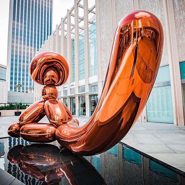 Balloon monkey 🐵 🎈 . . . . . .  #jeffkoons #contemporaryart #modernart #sculpture #museum #gallery #artbasel #jeffkoons. #milano #tulips #fondazioneprada #전시 #artofvisuals #exhibition #미술 #예술 #travelphotography #wanderlust #traveling #artphotography #travelblogger #tuesday #travelgram #kunst #그림