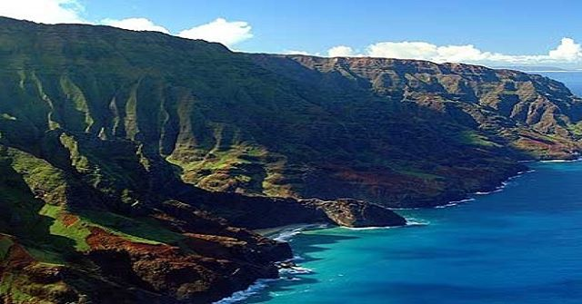 Hawaii has mountains of treasures just ready for your group to explore! Jump online now to find out more about our 10 Day Hawaii tour departing from Melbourne. Link in bio. ⠀ ⠀ ⠀ @australianroadjourneys #australia #travelaustralia #tourism #outbacktours #travel #hawaii #coast