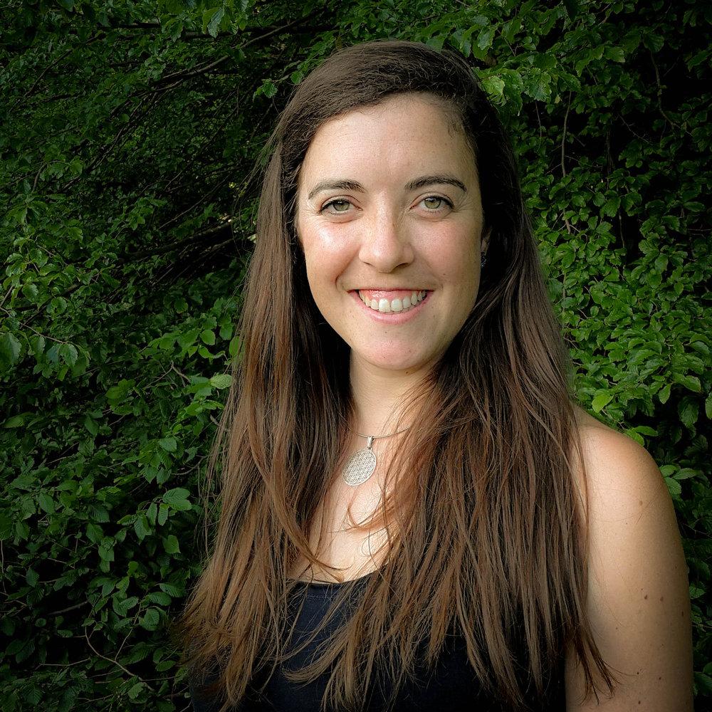 Lara Kastelic   Spoznava in raziskuje modele trajnostnega načina življenja, ki povezujejo ekološke in socialne komponente. Ko je zaključila študij biologije je leto dni preživela v ekovasi v Nemčiji, kjer se je poglobila v način življenja, ki temelji na vrednotah skrb za Zemlji in skrb za ljudi. Od leta 2014 v Sloveniji sodeluje v več projektih povezanih s permakulturo in alternativnim poučevanjem. Dela z otroki, mladimi in odraslimi. V projektu Mati Narava sodeluje, ker verjame, da jo lahko podpre na njeni osebni poti materinstva.  Več o tem na  www.preplet.org