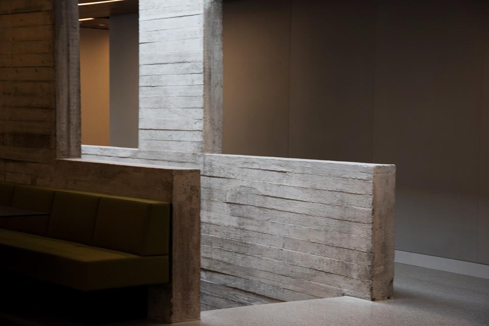 Dipolin remontin yhteydessä palautettiin rakennuksen alkuperäisiä betonipintoja.