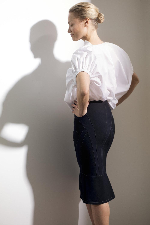 Shiro Sakain suunnittelema kynähame - on rakennettu mustista ja tummansinisistä kangaskaistaleista,645 e, Asuna.Valkoinen puuvillapaita 179 e, Toteme, Stockmann.