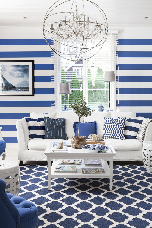 Käytä eri sinisen sävyjä ja yhdistä niihin klassinen raita.
