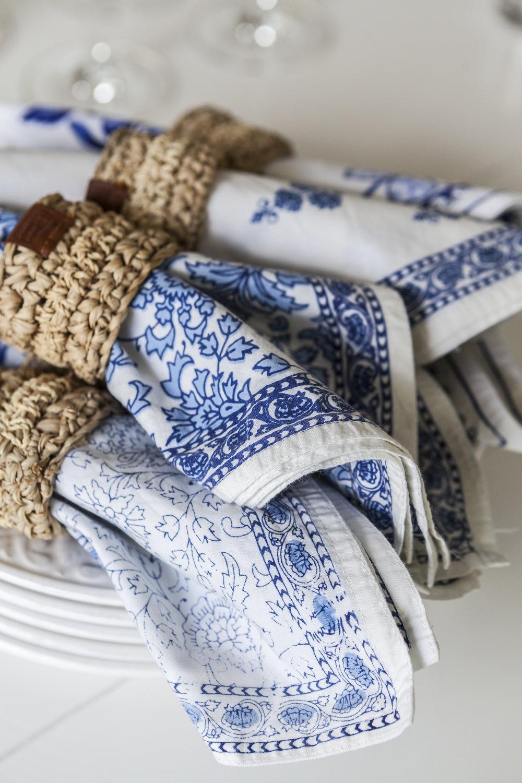 Provencelaisilla tekstiileillä voit luoda suomalaiseen tyyliin sopivan modernin kokonaisuuden tai tuoda sitä ripauksen esimerkiksi pöytäkattaukseen.