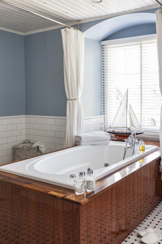 Talon yläkerrassa oli makuuhuoneiden lisäksi ainoastaan yksi pieni WC, joten yhdestä huoneesta tehtiin iso kylpyhuone.