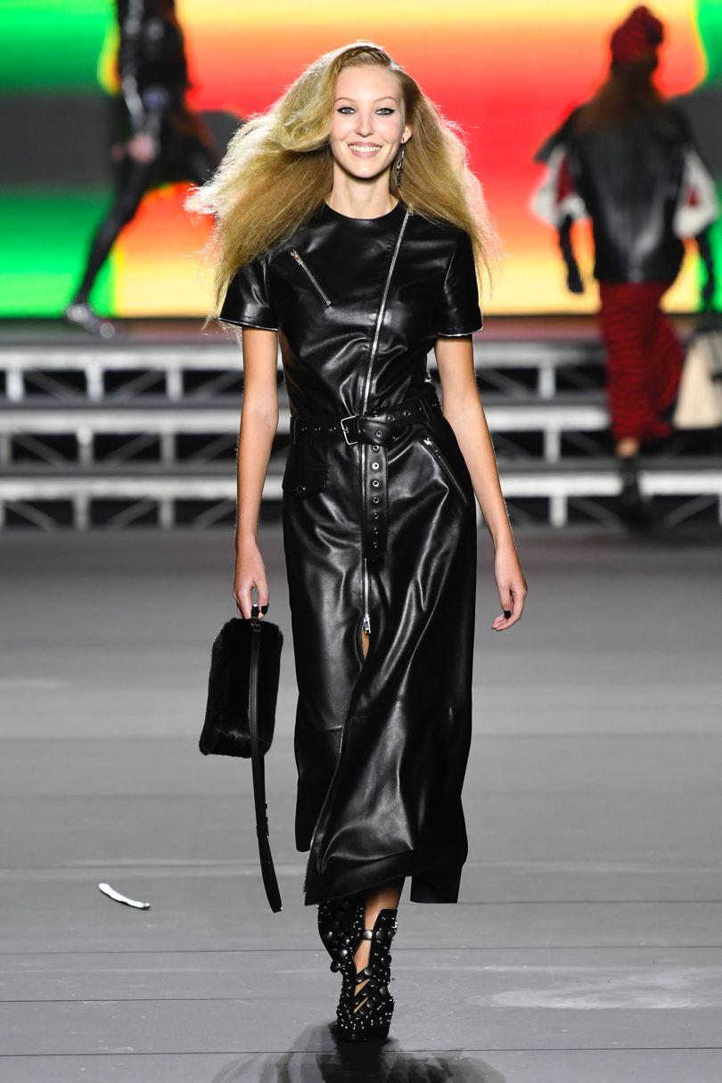 Kauniisti laskeutuva nahkamekko vyöllä, Sonia Rykiel. Kuva: Vogue.com