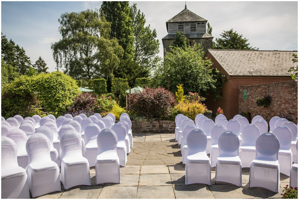 LeriLanePhotography_wedding_Elephant_castle_neetown_Mid_Wales_Photography_Chrissie_mathew-5