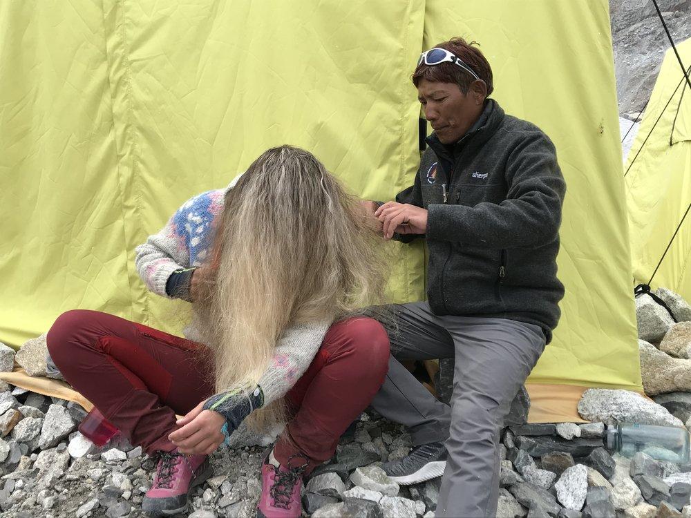 sjefen over alle sjefer, Mingma Tserri Sherpa, gjer det han kan for at me skal ha det fint på tur! her hjelper han også til med hårmanken min!