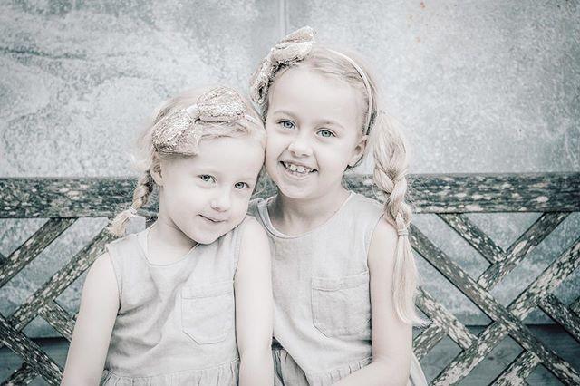 Dags att ta lite fina bilder på barnen och äntligen komma till skott med den där familjebilden där ALLA faktiskt är med på bild…!? 😉 Varför inte en bild med mor- och farföräldrarna? Eller alla kusinerna. ••• Kanske dags för en ny proffsig pressbild på jobbet och på LinkedIn? Välkommen på en Mini Session Corporate i så fall! ••• Du kan alltid boka en privat fotografering, där du bestämmer tid och plats - maila mig för info - men en Mini Session är en lite kortare, billigare fotografering på bestämda tider och platser. ••• Här kommer några datum: 17 april & 2 maj - Mini Sessions Corporate - Stureplan, Stockholm. Maila mig för info! ••• 21 april - Mini Sessions på Zetas Trädgård 10.00-14.00 - drop-in. ••• 29 April - Mini Sessions i Ulriksdals Slottsträdgård - maila mig för info! ••• Varmt välkomna - och dela gärna! fotograf@kategabor.se
