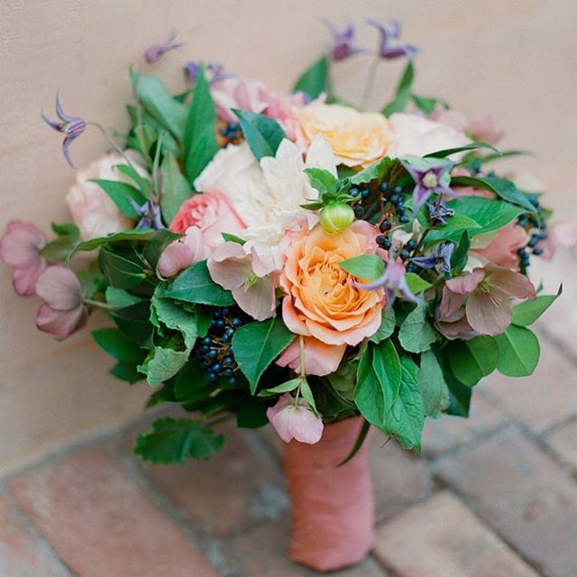 Wedding season is in full bloom!! 📷 @charitymaurerphoto #flowerstudioaz #azflorist #azweddings #weddingflowers  #weddingflorist #luxurywedding #weddingsinthedesert #bride #customfloraldesign  #itsallinthedetails #photooftheday
