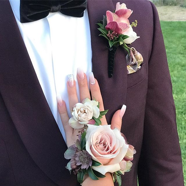 First time I made a fresh flower bracelet/ring combo💕 Kind of loving it. NDP Prom 2019 @zacksiegel14 @gracetignini