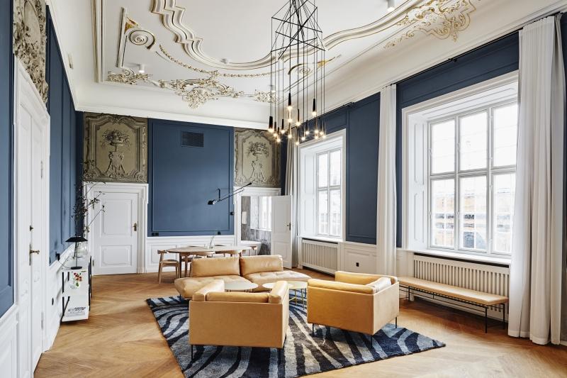 Nobis Hotel - Niels Brocks Gade 1, 1574, Indre By +45 78 74 14 00, NettstedHotel Nobis er virkelig et nydelig hotell hvor ingenting er overlatt til tilfeldighetene. Det er elegant, komfortabelt og effektivt. Hotellet har en super beliggenhet rett ved Tivoli, sentralstasjonen, rådhusplassen og det anerkjente museet Ny Carlsberg Glyptotek museum. Det er enkelt å utforske byen med hotellet som base, men du kan også utforske selve hotellet. Selve bygningen er fra 1903 og et godt eksempel på skandinavisk arkitektur. Interiøret er designet i samarbeid med den kjente svenske arkitekten Gert Wingårdh, og konseptet er moderne femstjerners luksus - elegant, tidløst og behagelig med førsteklasses service, samtidig som det skal være personlig og oppdatert i hver eneste detalj.